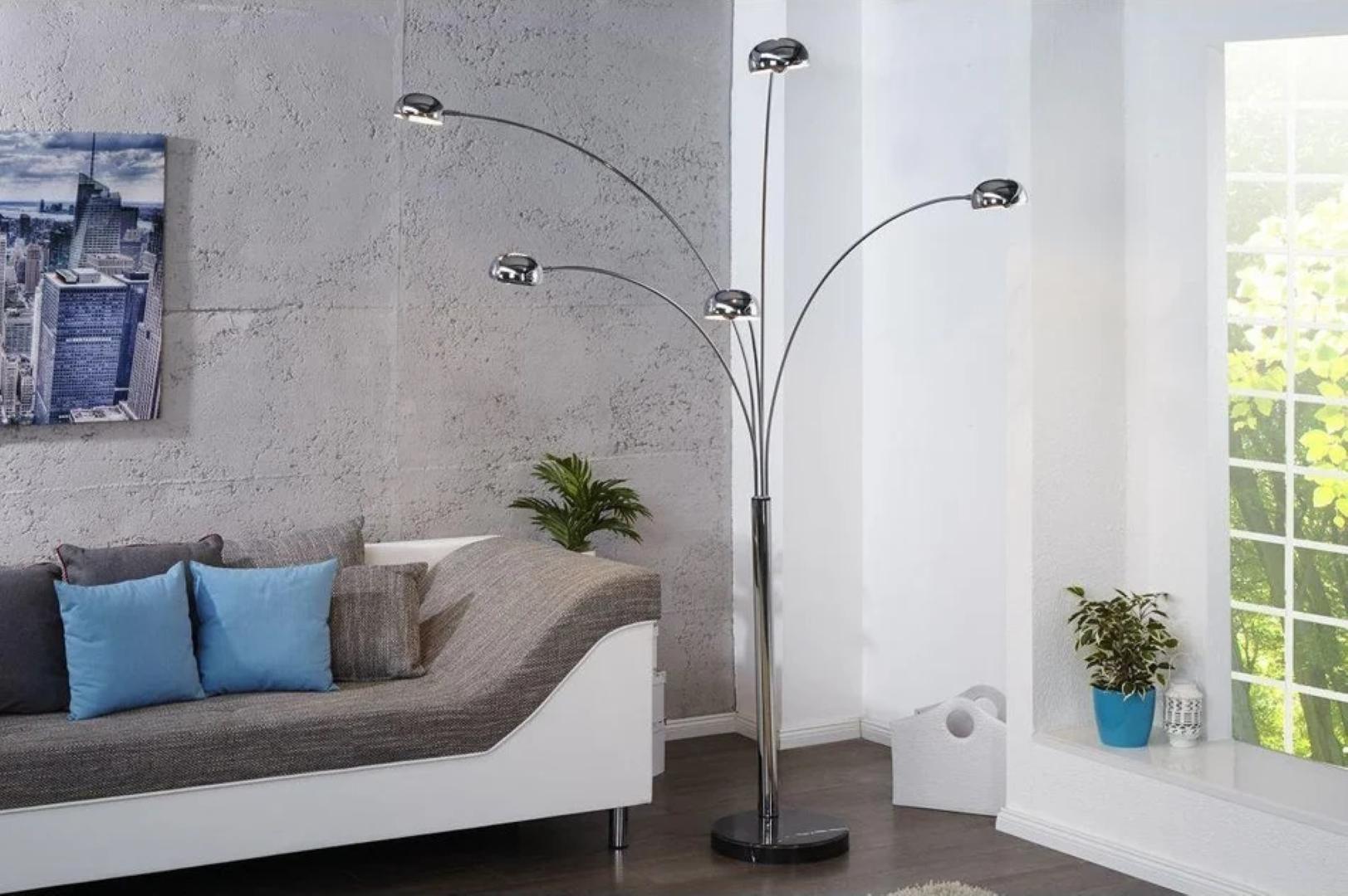 Lampa podłogowa idealnym rozwiązaniem do klasycznego i nowoczesnego budownictwa